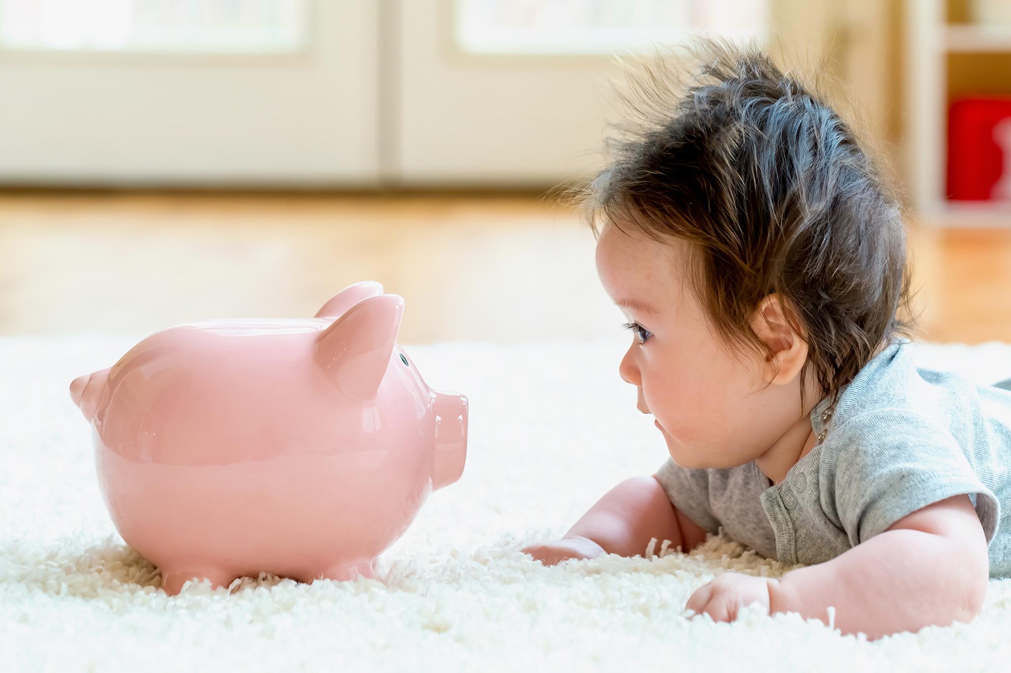 赤ちゃんと貯金箱