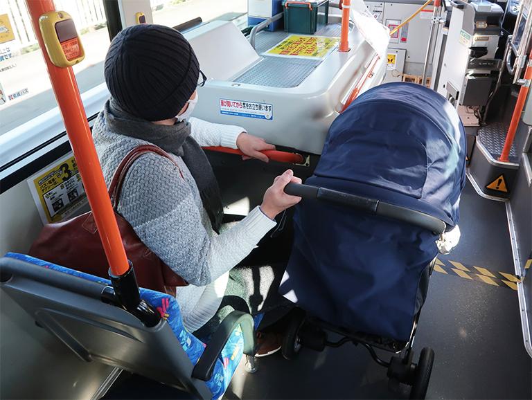 バス走行中のベビーカー
